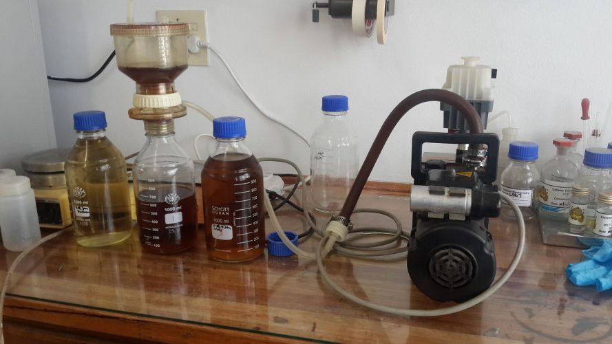 Holz-Schnitzel mit Wasser gemixt ergibt nach 18 Stunden Whiskey.