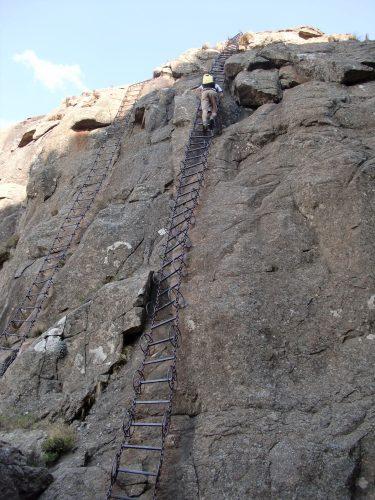 Der letzte Part der Route führte über Kettenleitern über den nackten Fels.