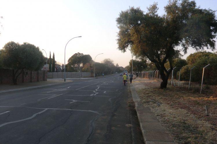 Das Verkehrssystem sieht keine Fußgänger vor. Man geht entweder auf dem Seitenstreifen oder direkt auf der Straße. Rechts der Unicampus, links die Wohnburgen.