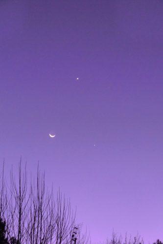 Ein seltenes Spektakel: Mond, Jupiter (oben) und Venus (schräg unterhalb des Mondes) im Dreieck sichtbar. Das nächste Mal dann in 80 Jahren :-)