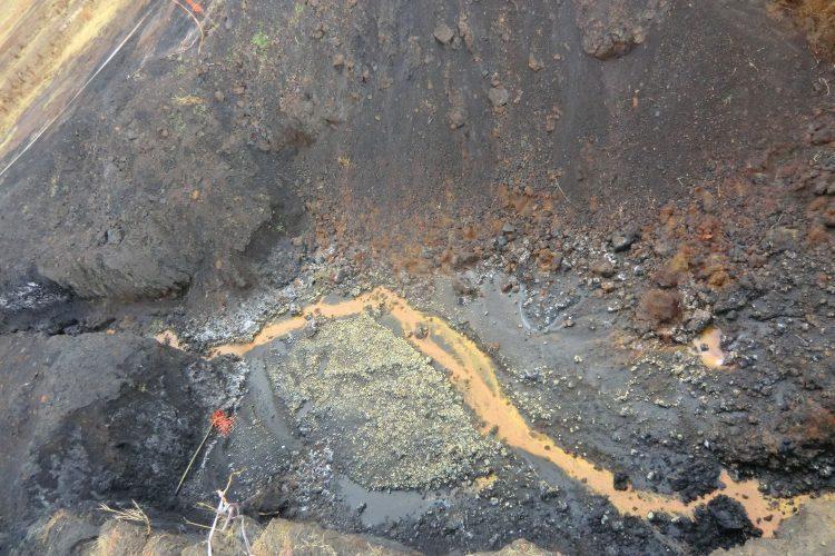So sieht das Wasser aus, das aus der Minenhalde rausläuft. Stark eisen- und schwefelhaltig.