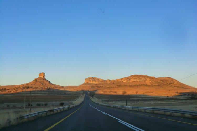 Auf dem Weg nach Clarens im östlichen Teil der Provinz. Die Sandsteinformationen nehmen von Kilometer zu Kilometer zu und gehen schließlich in den großen Gebirgszug der Drakensberge über.
