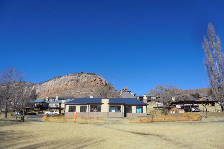 Wir wohnten in zwei Hütten in einer Lodge inmitten von Hügeln und Felsen.
