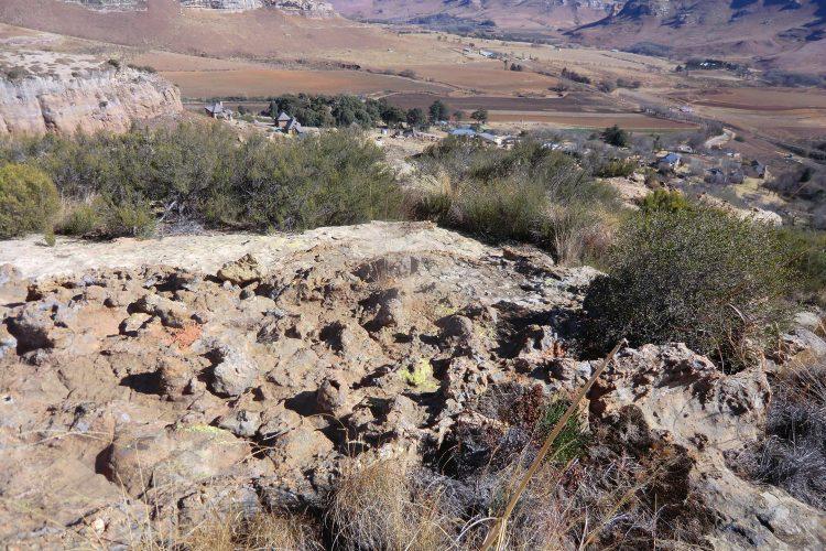 Dadurch, dass die Kontinentalplatte hier sedimentischen Ursprungs ist und aus Mineralien von unterschiedlicher Erosionsbeständigkeit besteht, kommen teils bizarre Gesteinsformationen zustande.