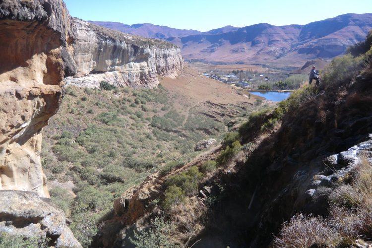 Rechts unten (etwas schlecht zu erkennen) ist ein kleiner Wasserfall, der allerdings aufgrund der aktuellen Wasserknappheit kaum Wasser führte.