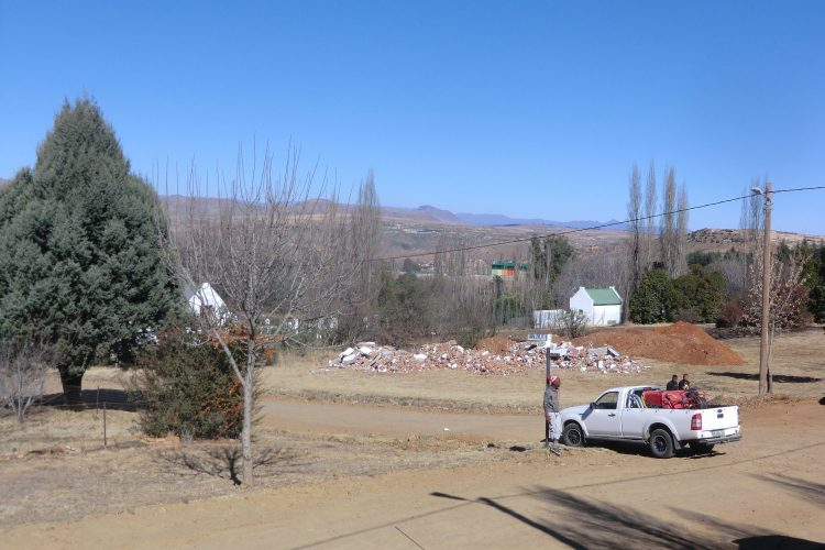 """Hinter den Bäumen beginnt die Township von Clarens, die wie so oft größer als der """"eigentliche"""" Stadtkern ist."""