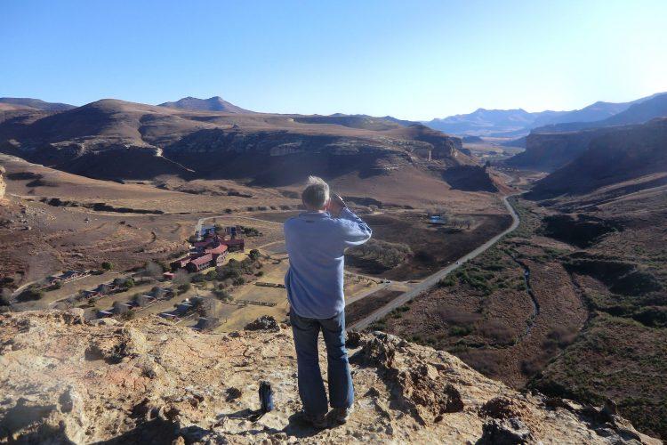 Dort stehen wir ca. an der Spitze des Felsens (siehe vorheriges Bild). Irgendwie ganz humorvoll, dass ein offizieller Wanderweg hochführt und auf dem Plateau keinerlei Absperrungen sind. Geht ja doch ca. 100 Meter senkrecht runter.