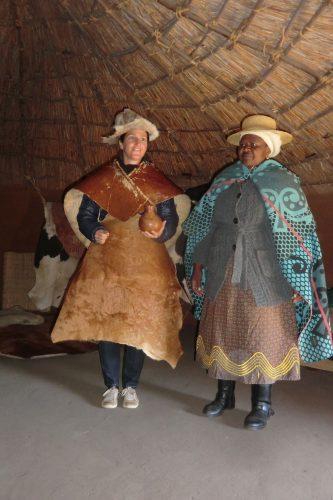 Die traditionelle Kleidung konnte auch anprobiert werden. Wurde allerdings wohl früher ohne Jeans und Daunenjacke getragen.
