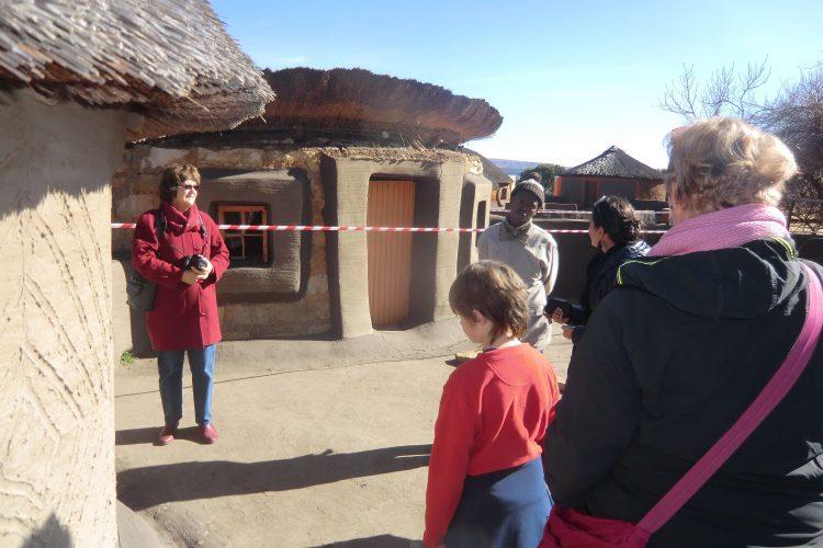 Bei der Hütte im Hintergrund ist die Dachkonstruktion kollabiert, sodass der Pilz jetzt falschrum sitzt.