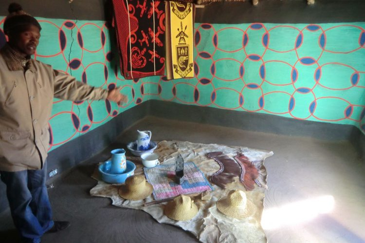 Als die Einwohner Lesothos in Kontakt mit Europäern traten und Zugang zu Farben bekamen, wurden die Hütten sehr farbenfroh ausgestaltet.