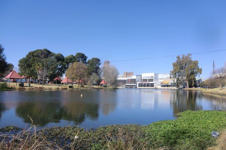 Zunächst noch ein paar Ansichten aus Bloemfontein: Loch Logan, ein künstlich angelegter See mit Park im Stadtzentrum - und natürlich mit Shopping Mall im Hintergrund.