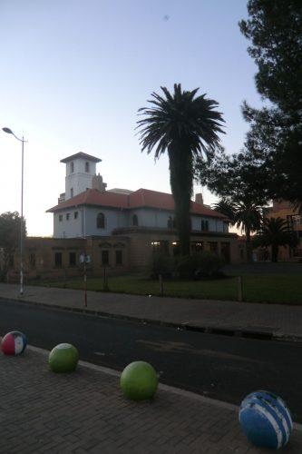 Eines der wenigen Vorzeigegebäude im Stadtzentrum. Das Stadtzentrum sollte man sich hier auch nicht so vorstellen wie in europäischen Städten. Vielmehr sind die Gebäude bis auf ein, zwei Straßenzüge ziemlich heruntergekommen und es dominieren Billig-Läden. Allgemein wird davon abgeraten, sich alleine und/oder bei Dunkelheit im Zentrum aufzuhalten/zu bewegen. Wobei Bloemfontein wohl noch sicherer ist als z.B. Johannesburg.