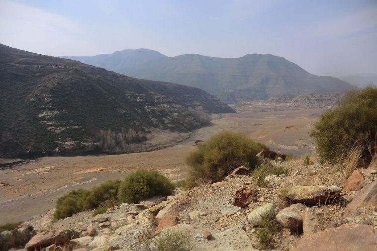 Unsere erste Wanderung führte uns entlang des Flusses um den ersten Bergrücken herum.
