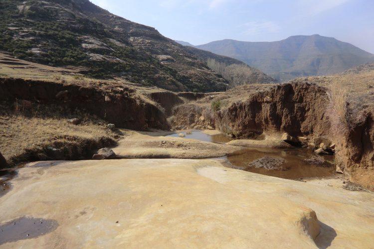 Auch hier sind die Folgen der winterlichen Trockenzeit klar zu sehen. Im Sommer regnet es viel und die Flussbetten sind voll.