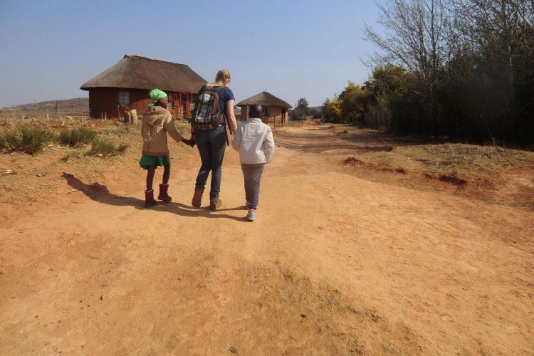 Auf dem Spaziergang zurück in die Lodge kamen die Mädchen angelaufen, haben uns an der Hand genommen und sind so ein Stück mit uns gelaufen. :-)