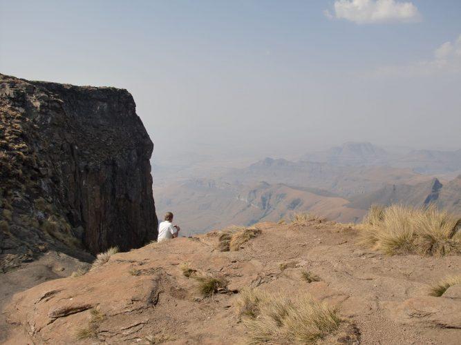 Links von da, wo ich sitze, fallen (wenn nicht gerade wie jetzt Trockenzeit ist) die Tugela-Falls ca. 900 Meter in die Tiefe, was sie zu den (zweit-) höchsten Wasserfällen der Welt macht. Ob höchster oder zweithöchster, ist Gegenstand hitziger Diskussionen unter Fachleuten :-)