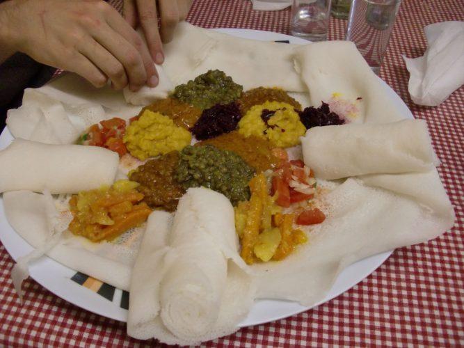 """Abends waren wir auf Empfehlung unserer Gastgeberin bei einem Äthiopier in Puthadijaba, einer 500 000-Einwohner-Stadt, die praktisch ein riesiges township ist. Da es keine Straßennamen gibt, mussten wir uns auf die Wegbeschreibung """"an der einzigen Ampel rechts - nach dem grellgrünen Gebäude links - hinter dem zweiten Loch in der Backsteinmauer rechts"""" verlassen. Das Restaurant ist der Treffpunkt der äthiopischen Community der Stadt, wir waren auch die einzigen Nicht-Äthiopier :-) Anstatt einer Speisekarte gab es die Auswahl """"mit Fleisch"""" - """"ohne Fleisch"""" und dann sehr gutes Essen!"""