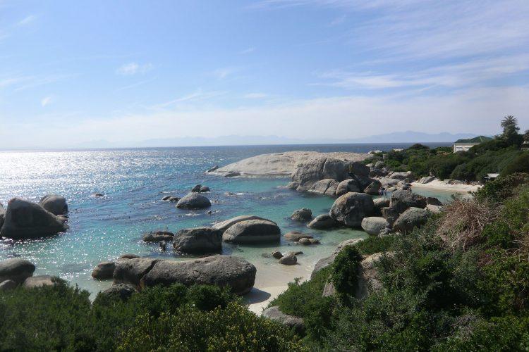 Südlich von Kapstadt auf der Kap-Halbinsel liegt der Boulders-Beach...