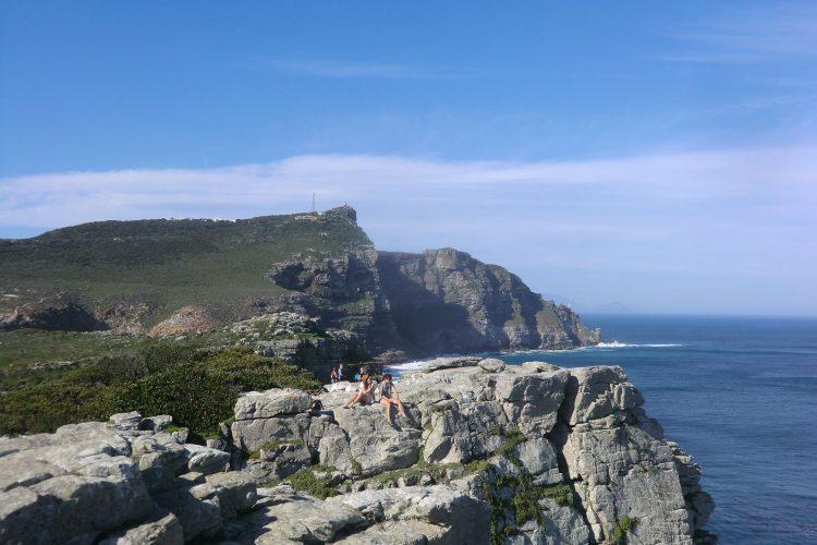 Die Klippe hinten ist der Cape Point, wo der Leuchtturm steht, der den Schiffen helfen soll, die gefürchtete Spitze sicher zu umschiffen. Mindestens 30 Schiffe sind hier aber schon gesunken im Laufe der Jahrhunderte.