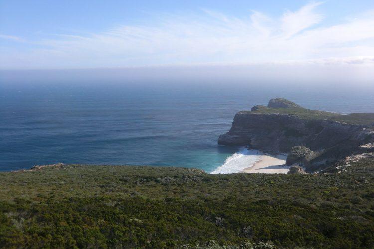 Blick vom Cape Point aufs Kap der Guten Hoffnung im Hintergund beim Aufstieg...