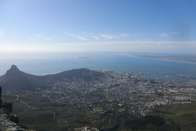 ... und von ganz oben, im Bild die Innenstadt von Kapstadt.  In der Bildmitte liegt Robben Island, wo Nelson Mandela inhaftiert war.