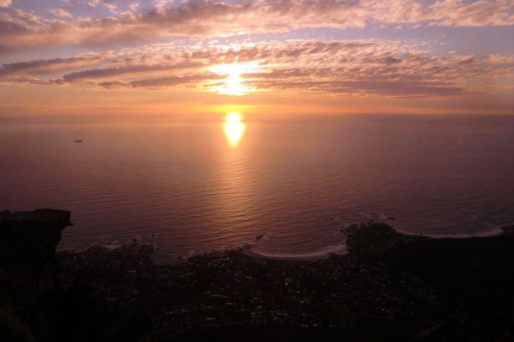 Sonnenuntergang über Camps Bay, einem der Reichen-Viertel von Kapstadt.