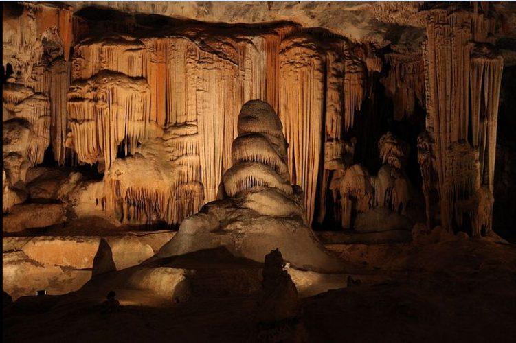"""In den Cango Caves, einem 1,2 km langen Höhlensystem. Highlight der Tour waren vier Engstellen, die so einladende Namen haben wie """"Devil's chimney"""" (ein 45 cm breiter, 3,5 m langer Schacht, der fast senkrecht nach oben führt). Auf alle Fälle nichts für klaustrophobe Menschen. Nachdem der Guide die Engstellen vor der Tour erklärt hatte, haben sieben Leute auch direkt Kehrt gemacht und die Höhle schnurstracks wieder verlassen."""
