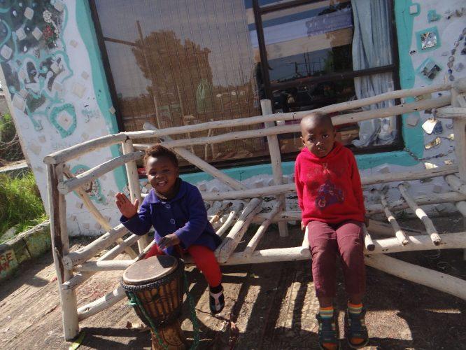 Die Kinder aus dem umliegenden Häusern kamen am Morgen auch gleich ganz neugierig an...