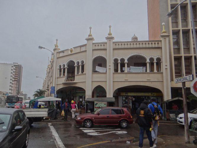 Im Stadtzentrum finden sich immer wieder Gebäude mit Elementen indischer Architektur. Traditionell, und teilweise noch heute, haben die Inhaber der Läden im Erdgeschoss ihre Wohnung über dem Laden. Während Durban ca. 240 Sonnentage pro Jahr hat, haben wir es geschafft, an beiden Tagen Regenwetter zu erwischen...