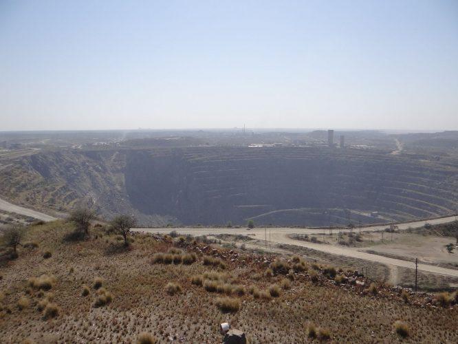 Nur drei Kilometer außerhalb des Parks liegt eine gigantische Phosphormine. So nah können Naturschutz und Umweltzerstörung zusammenliegen. Das Loch ist das breiteste menschengemachte Loch in Afrika, Durchmesser 2000 Meter.