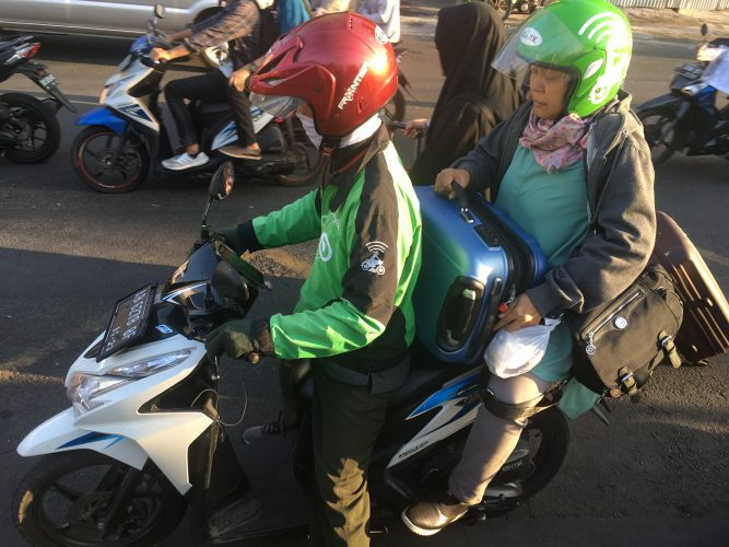 Also in Indonesia, scooters are the most important means of transport - even if you carry several suitcases.