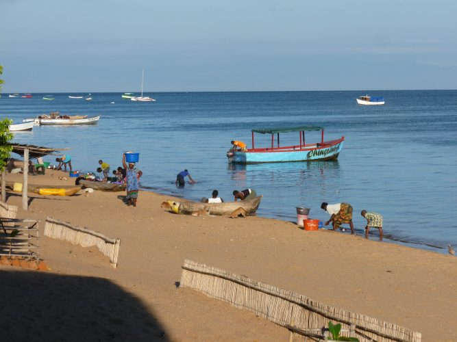 The place where we stayed is called Monkey Bay, which is an old fishing village. The local people from the village come to the beach every day to wash clothes and dishes. But as the lake is so big and the number of people so small, this luckily doesn't cause environmental problems.