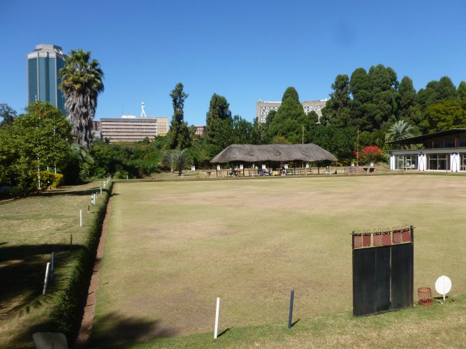 In one corner of the park, there is a strange relict from colonial times: an outdoor bowling zone. In the background, you see the tallest building in Zimbabwe, the reserve bank (already quite a difference to Blantyre where there is no skyscraper or anything close to that).