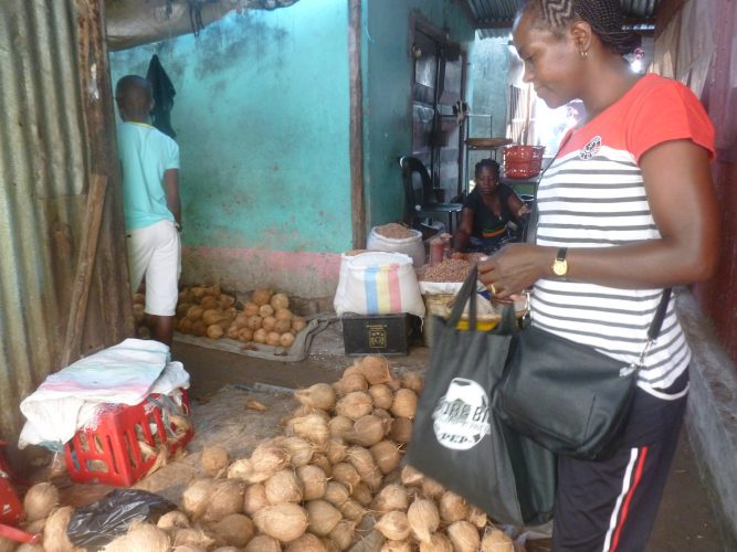 We also bought fresh coconuts and peanuts on the market.