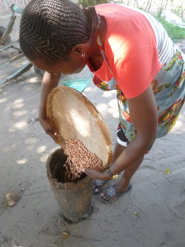 This wooden pot is a central element for cooking, as it is used to smash peanuts, the cassava leaves, ...